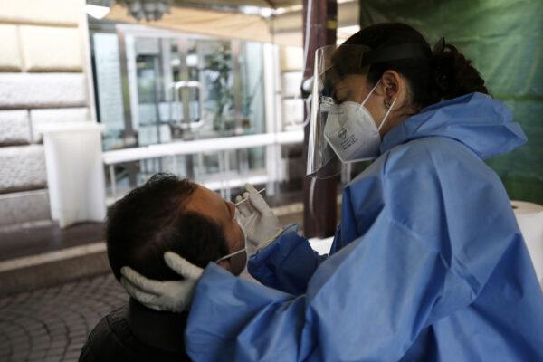 Caos tamponi in Piemonte, il Ministero della Salute ne cancella 220mila: non erano test molecolari