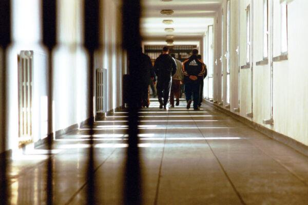 Detenuto pestato durante l'ora d'aria nel carcere di San Vittore, otto agenti a processo
