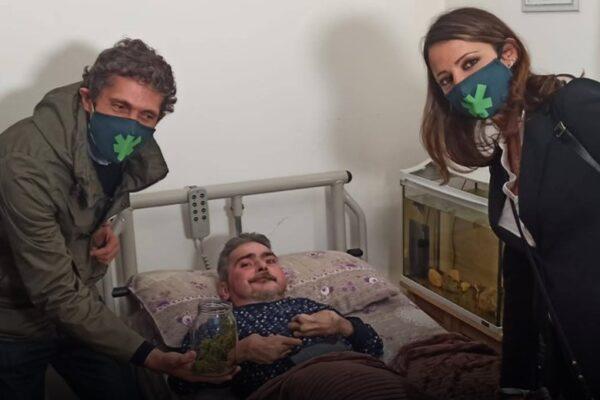"""""""Ho dato la mia cannabis a Walter per curarsi, perché lo Stato non lo aiuta"""": il deputato Riccardo Magi si autodenuncia in questura"""