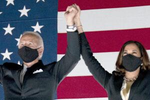 Biden verso la vittoria, ma è sfida fino all'ultimo voto (postale)