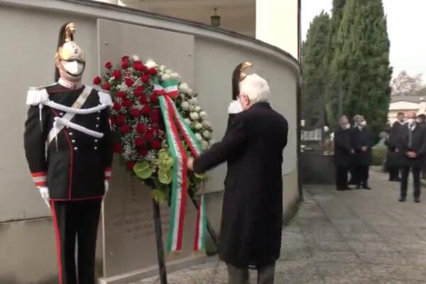 """Mattarella nel cimitero dove fu rubata lapide vittime Covid: """"Un pensiero ai tanti morti in solitudine"""""""