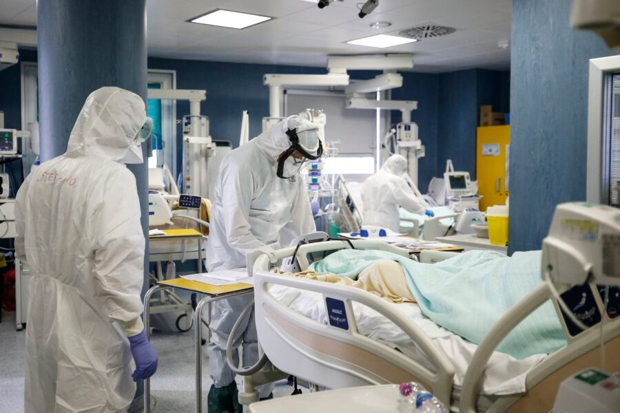 Coronavirus, 22.253 contagi con 50mila tamponi in meno: oltre 2mila pazienti in terapia intensiva