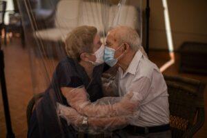 I vecchi italiani hanno voglia di vivere, tra sessualità e lotta al virus