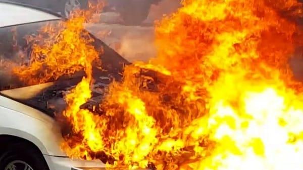 Tampona furgone e resta intrappolato in auto: Salvatore muore carbonizzato