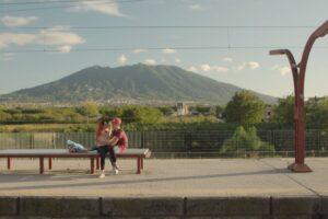 """Le attese della Circumvesuviana in un film: essere passeggeri a Napoli in """"Na Cosa Sola"""""""