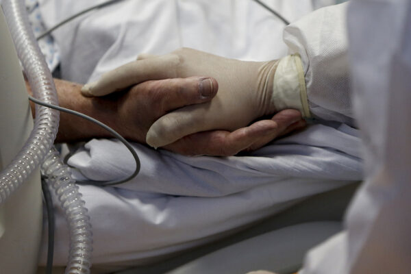 """Coronavirus, terza ondata e record di morti: """"Solo restrizioni altrimenti non ne usciamo"""""""