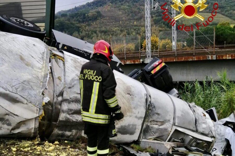 Tamponamento mortale sull'A1 tra autocisterna e tir: camionista muore sul colpo tra le lamiere