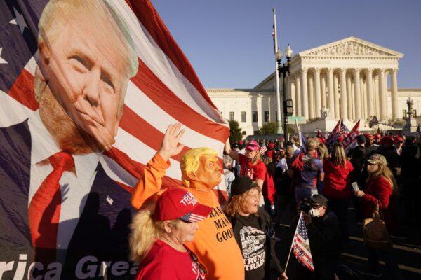 La folle teoria di Trump e dei suoi fedelissimi: elezioni truccate dagli Antifa e Chavez (morto da 7 anni)