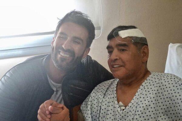 Maradona dimesso dalla clinica: prima foto del campione dopo l'operazione alla testa