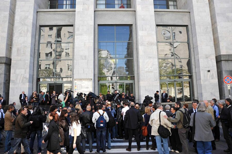 Lapresse 06-04-2011 – Milanocronaca Tribunale di Milano, prima udienza del processo a Berlusconi per il caso Ruby Nella foto: telecamere davanti al tribunaleLaPresse06-04-2011 Milan, ItalynewsMilan Court, first day for the Berlusconi trial, Rugy gate.In the pic: media outside the tribunal