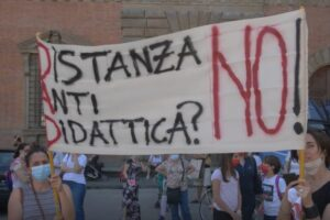 """Scuola, genitori in pizza a Napoli: """"Basta ordinanze contraddittorie"""""""