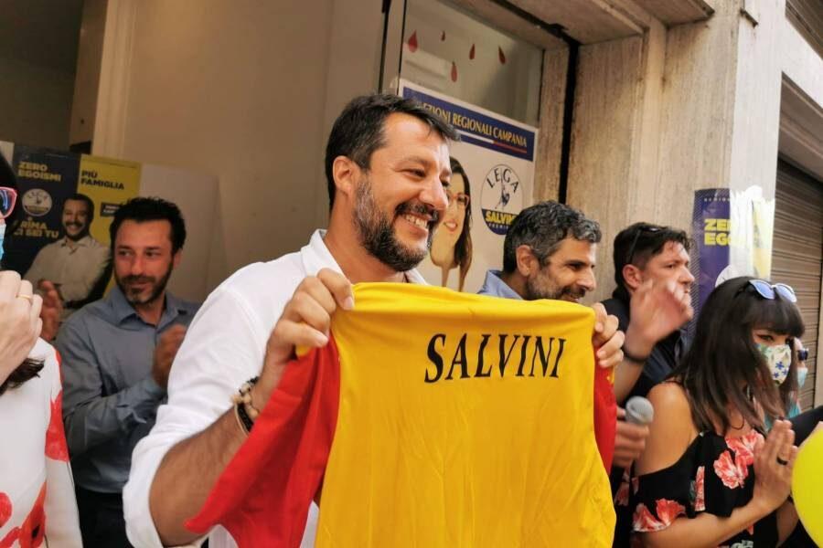 Senza mascherina per il comizio a Benevento, Salvini paga la multa 'annunciata' da Mastella