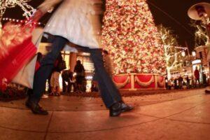 Shopping fino a sera e Natale con i parenti stretti: le ipotesi per 'salvare' le feste