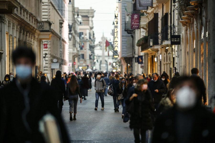"""Shopping di Natale, polemiche per caos e assembramenti a Torino e Milano: """"Folla inaccettabile"""""""