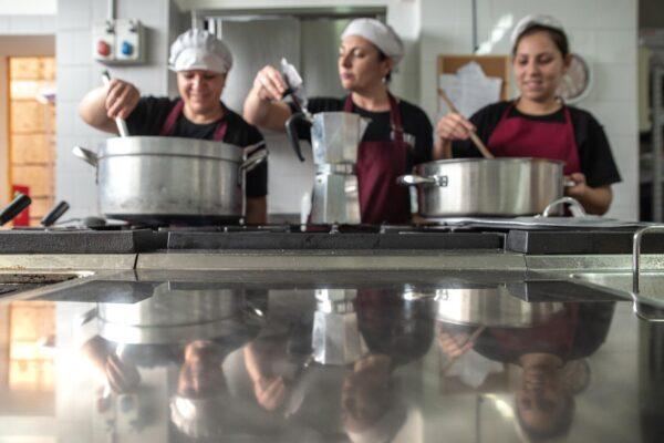 """Il coronavirus chiude il ristorante delle donne italiane e rom di Scampia: """"Qualcuno creda ancora in noi"""""""
