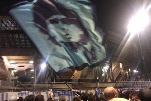 """Napoli piange Maradona, il suo popolo in strada: """"È morto uno di famiglia"""""""
