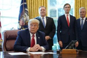 La 'pazza' uscita di scena di Trump: il presidente Usa voleva bombardare i siti nucleari dell'Iran