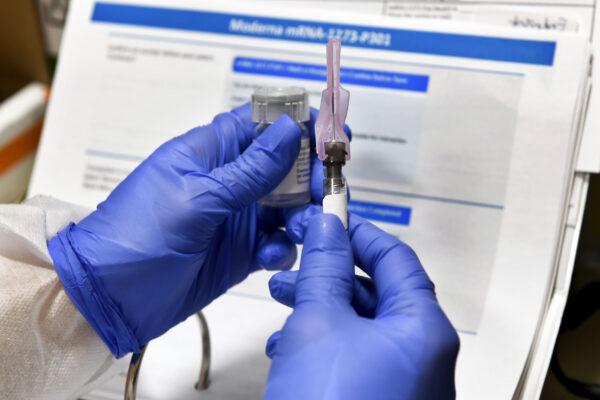 """Vaccino, l'annuncio di Astrazeneca-Oxford: """"Efficacia del 70%"""""""