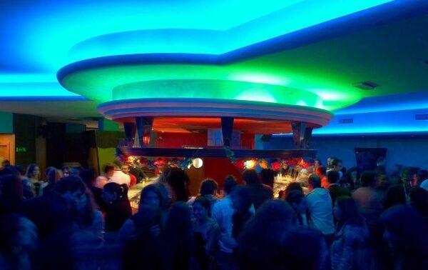Feste, alcol e assembramenti in due hotel a Napoli: blitz della polizia, tra i presenti anche giovane ai domiciliari