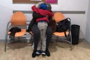 Bimbo riabbraccia la madre dopo 8 mesi, la traversata dalla Tunisia e il lieto fine a Reggio Emilia
