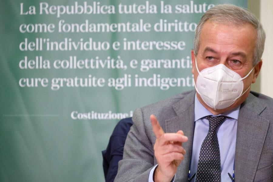 """Vaccino Covid, Locatelli avverte: """"Giornata storica ma mascherine fino all'estate"""""""