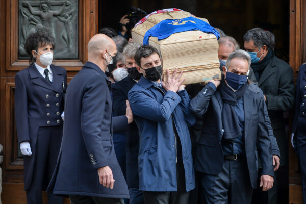 Foto Claudio Furlan – LaPresse  12 Dicembre 2020 Vicenza (Italia)  News Funerali di Paolo Rossi presso il Duomo Nella foto: l'uscita del feretro  Photo Claudio Furlan – LaPresse 07 December 2020 Milano ( Italy ) News Paolo Rossi funerals In the photo: the coffin exit
