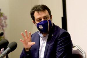 """Agenti arrestati dopo torture ai detenuti, Salvini con i poliziotti: """"Così è il caos, ci vuole più rispetto"""""""