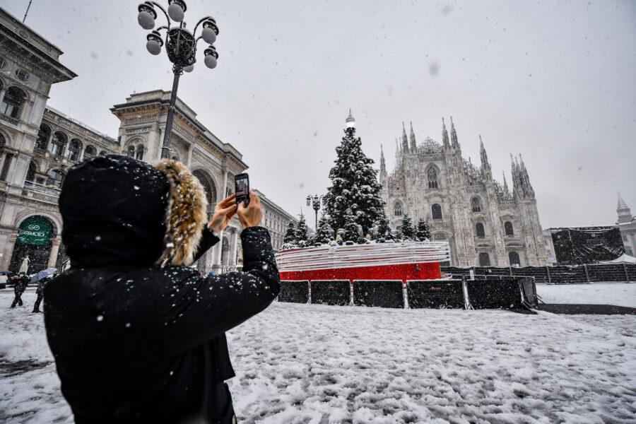 Foto LaPresse – Claudio Furlan 28/12/2020 – Milano (Italia) Neve a Milano In the photo: Piazza Duomo  Photo LaPresse – Claudio Furlan December 28,  2020 – Milan(Italy) Snow in Milan In the photo: Piazza Duomo