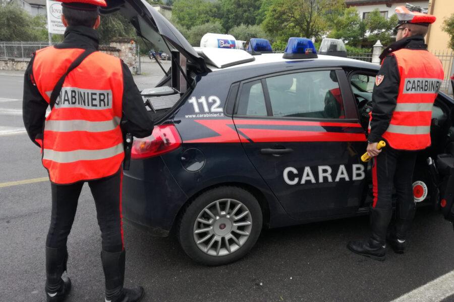 Fuga, spari e auto contro carabinieri: notte di follia a Napoli, caccia a tre persone
