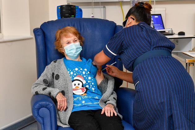 """Vaccino Pfizer, la prima al mondo è una donna di 91 anni: """"Così posso tornare a vivere"""""""