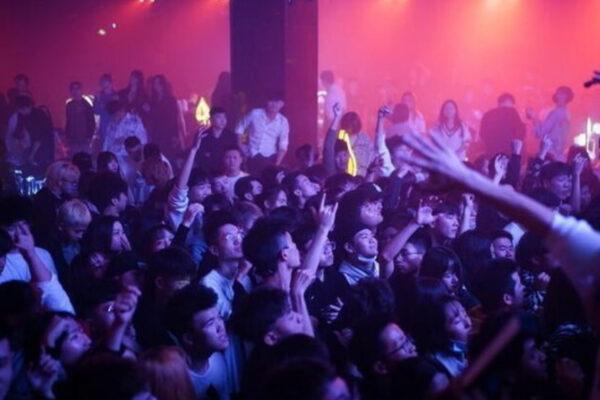 Feste in discoteca, ristoranti pieni e strade affollate: la rinascita di Wuhan un anno dopo il covid