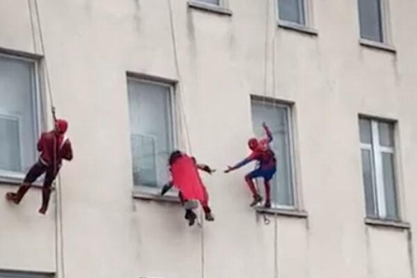 Supereroi 'volano' fuori le finestre dell'ospedale: l'omaggio ai bimbi ricoverati