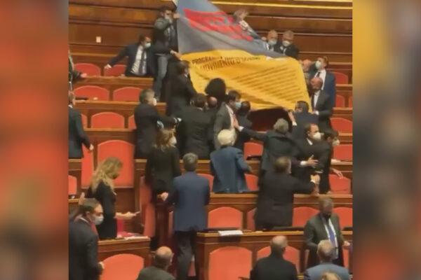Caos in Senato, la Lega protesta contro il decreto Sicurezza