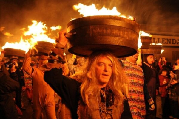 Festività di dicembre in tutto il mondo, che cos'è il Tar Bar'l Festival: il capodanno con il catrame infuocato