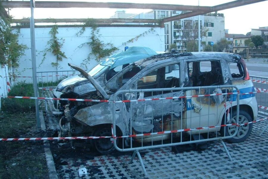 """Incendiate due auto della polizia municipale: """"Atto intimidatorio per indagini su ecoreati"""""""