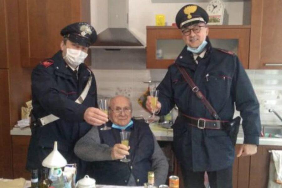 Si sente solo a casa, 94enne chiama i carabinieri per brindare al Natale