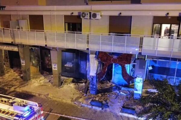 Bomba nel Napoletano, distrutti i negozi della 'Galleria Marconi': l'ombra del racket dietro l'attacco