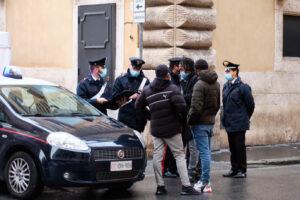 Roma, perde l'equilibrio e cade dal 3° piano: è gravissimo