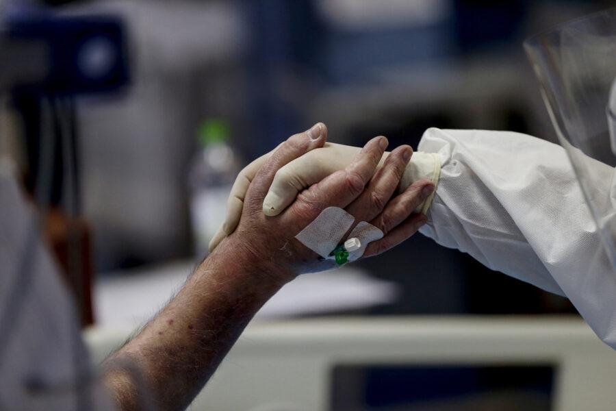 Coronavirus, 13.633 casi e 472 vittime: in calo i ricoveri