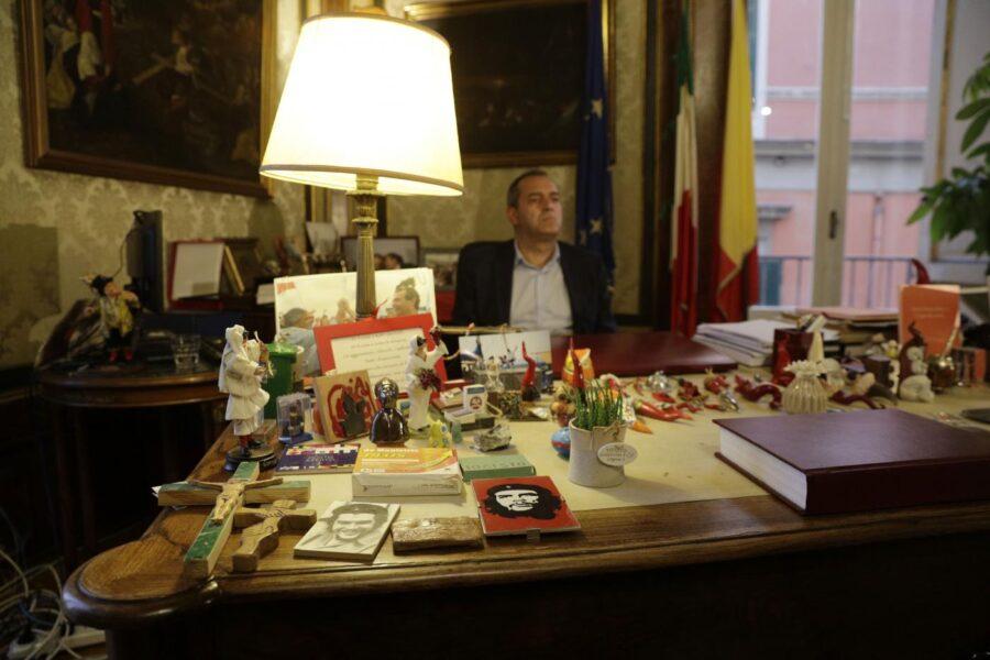Napoli è in ginocchio e de Magistris rispolvera la politica delle brioches