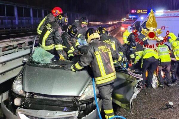 Famiglia distrutta in un incidente sulla tangenziale di Milano: morti genitori e bimba, gravi altri due fratelli