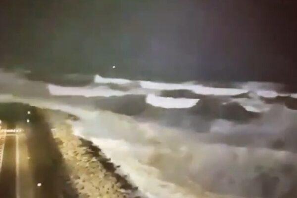 Lungomare da liberato ad allagato, la Napoli di de Magistris travolta dalle onde
