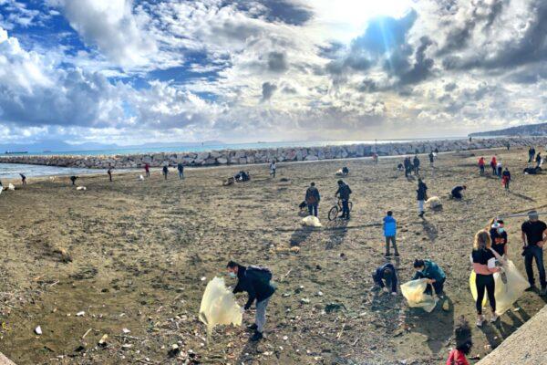 Dopo la mareggiata decine di volontari ripuliscono Mappatella beach