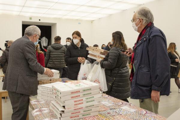 Il Museo Madre promuove la rete di solidarietà: distribuiti 220 pizze, pasti caldi e libri d'arte per bambini