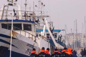 Foto Francesco Militello Mirto/LaPresse  20 dicembre 2020 Mazara del Vallo, Trapani – Italia  cronaca  Arrivati a Mazara del Vallo i 18 pescatori liberati in Libia. Sono rientrando in Italia i 18 pescatori a bordo dei due pescherecci Antartide e Medinea, sequestrati dalle autorità libiche il 1 settembre scorso. Suonano le sirene del porto di Mazara del Vallo mentre le due imbarcazioni si dirigono verso il molo dove ad attendere i pescatori ci sono i loro famigliari. Nella foto: il saluto ai parenti di un pescatore   Photo Francesco Militello Mirto/LaPresse  December 20, 2020 Mazara del Vallo, Trapani – Italy  news  Arrived in Mazara del Vallo the 18 fishermen freed in Libya. The 18 fishermen aboard the two fishing boats Antartide and Medinea, seized by Libyan authorities on September 1, are back to Italy.