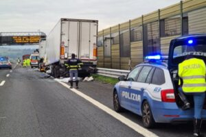 Camionista eroe: ha un malore mentre guida, accosta e muore evitando una strage