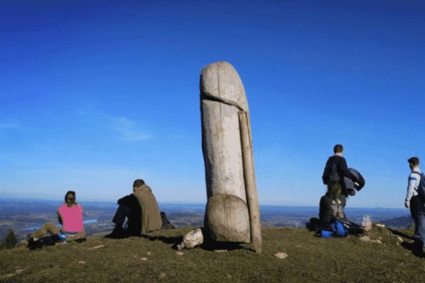 Il mistero del monolite a forma di pene: comparso in una notte, scomparso anni dopo