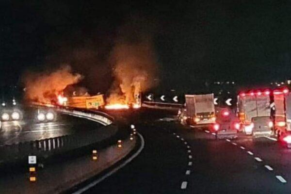 Incidente in autostrada, autista di camion muore carbonizzato