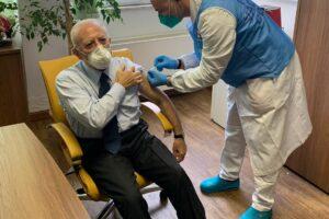 Vincenzo De Luca ha fatto bene a vaccinarsi, perché Conte e Speranza non l'hanno fatto?