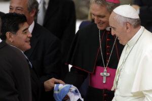 """Papa Francesco ricorda Maradona: """"In campo un poeta, ma era un uomo fragile"""""""